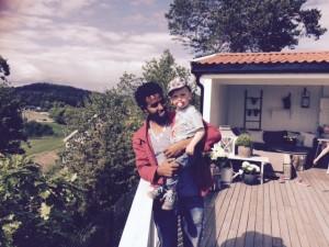 Amanuel og minstemann i familien Svendsen er blitt gode venner.