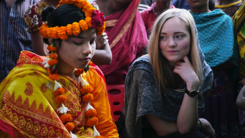 Emilie og en ung barnebrud i Asia. Foto av Magnus Berggren ved Plan Norge.